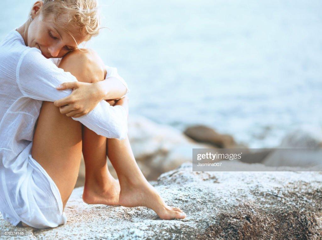 Schöne junge Frau, die am Strand : Stock-Foto