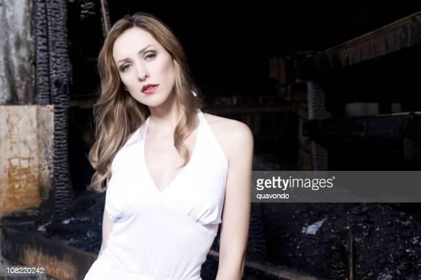 bellissima giovane donna moda modello in abito bianco, spazio copia - scollo all'americana foto e immagini stock