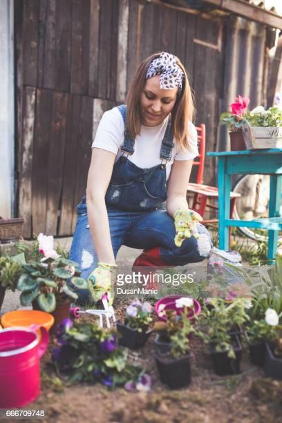 Mooie jonge vrouw in de de lentetijd tuinieren