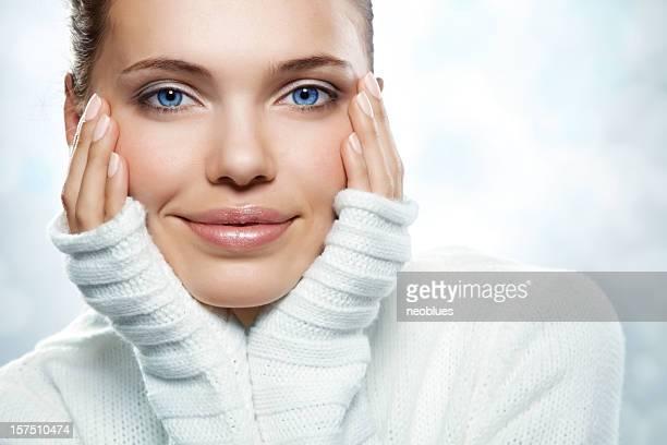 Eine schöne Junge Frau in einem weißen Pullover