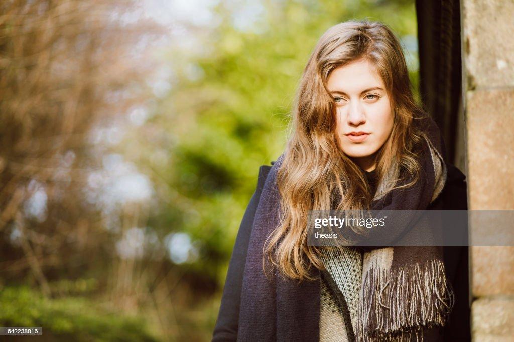 黒とグレーの美しい若い女性 : ストックフォト
