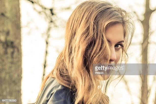 hermosa joven en negra - theasis fotografías e imágenes de stock