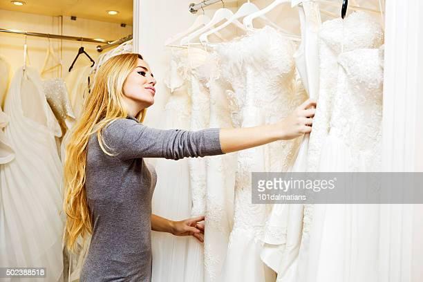 Hermosa mujer joven en estilo boutique de bodas