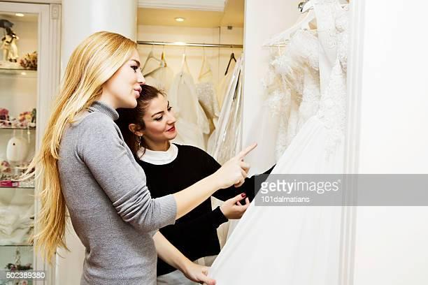 Belle jeune femme dans la boutique de mariage