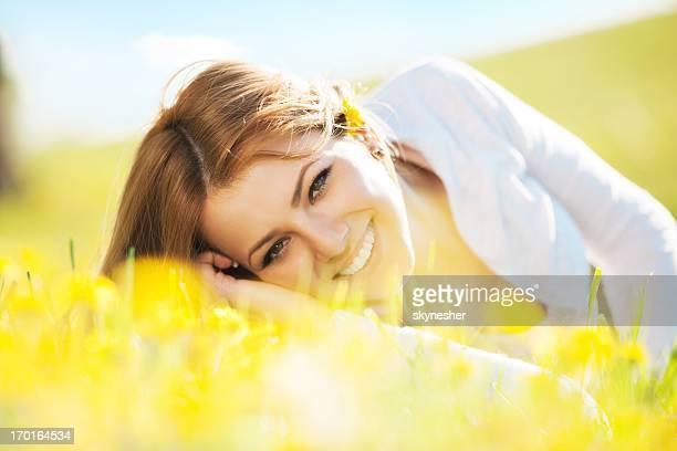 Schöne Junge Frau in der Natur.