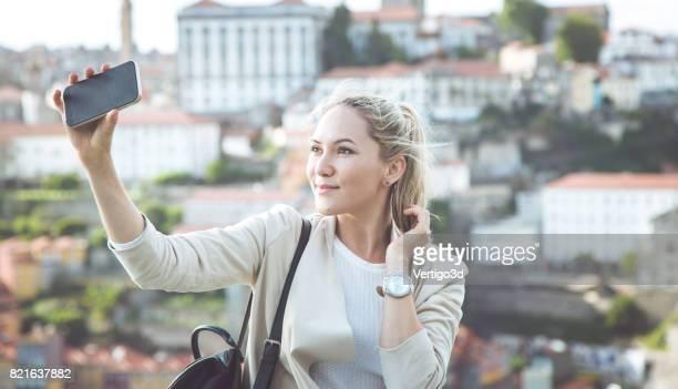 Mooie jonge vrouw in het echte leven, ze maken selfie