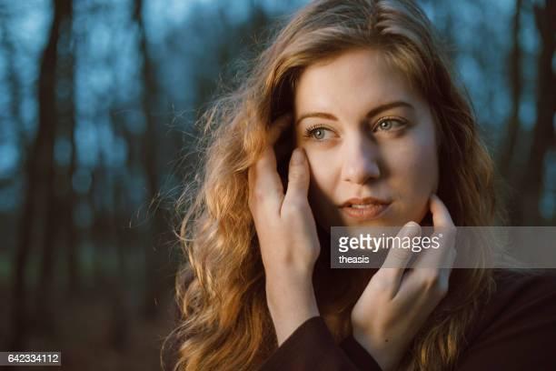 mooie jonge vrouw in het bos - theasis stockfoto's en -beelden