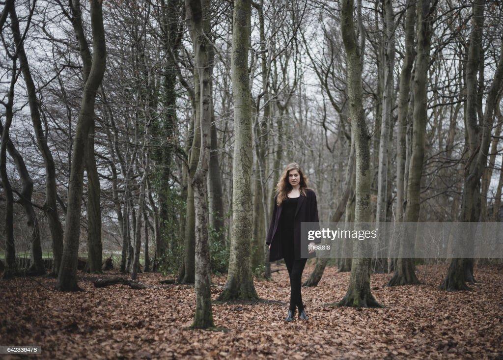 美しい若い女性林の : ストックフォト