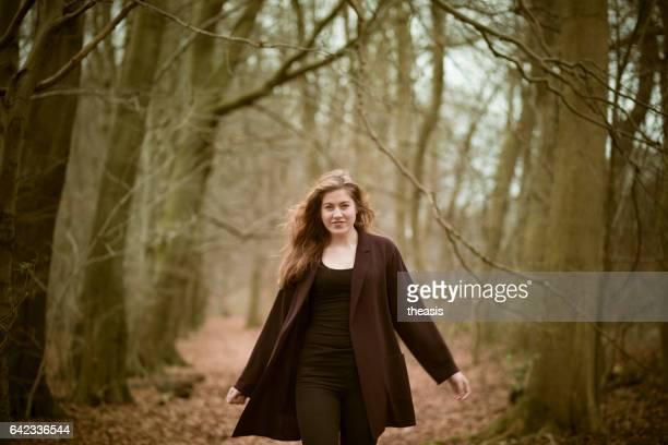 mujer joven hermosa en el bosque - theasis fotografías e imágenes de stock