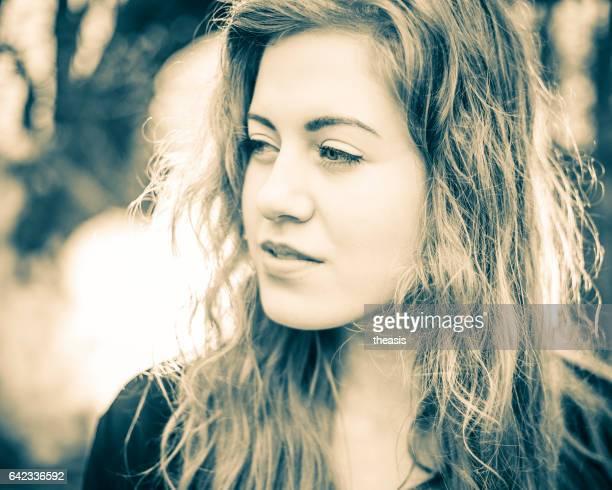 mulher jovem linda na floresta - theasis imagens e fotografias de stock