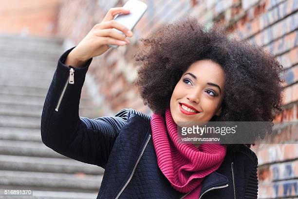 Bela jovem mulher fazendo selfie na rua escadas