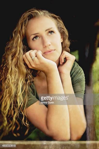 beautiful young woman outdoors gazes up - anna cabana photos et images de collection