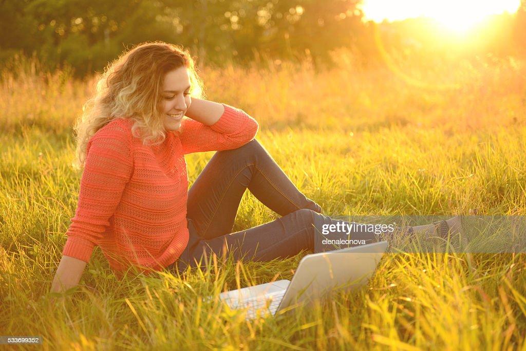 Bellissima giovane donna con un computer portatile, all'aperto : Foto stock
