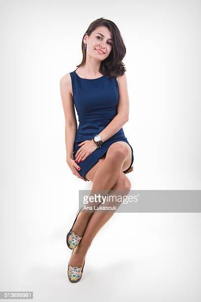 beautiful young woman - pés cruzados - fotografias e filmes do acervo