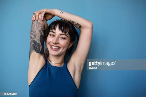 beautiful young woman posing in sportswear - roupa desportiva imagens e fotografias de stock