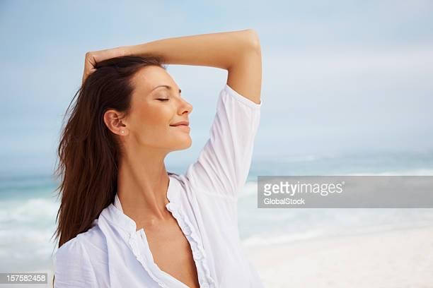 Schöne Junge Frau posieren in der Nähe von Meer