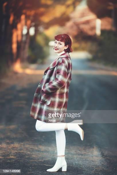 schöne junge frau posiert im freien - stiefel stock-fotos und bilder