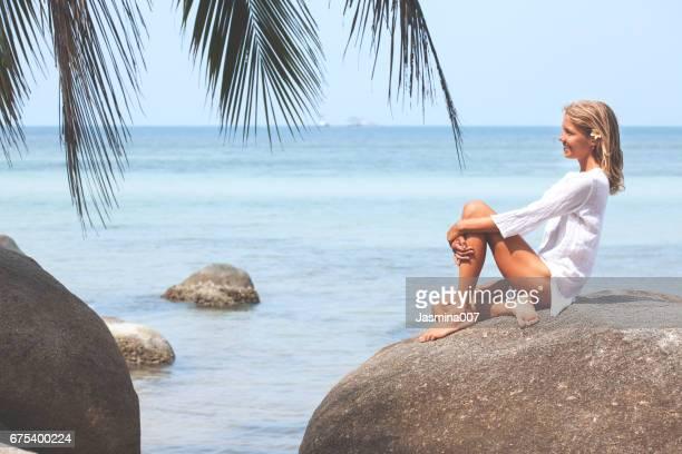 hermosa mujer joven relajante en la playa - piernas bonitas de mujer fotografías e imágenes de stock