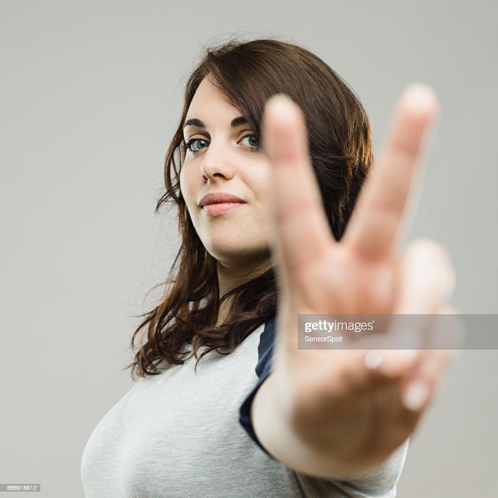 Schöne Junge Frau mit peace-Zeichen : Stock-Foto