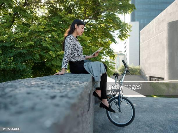 外に座って読書をしている美しい若い女性 - メキシコ北部 ストックフォトと画像