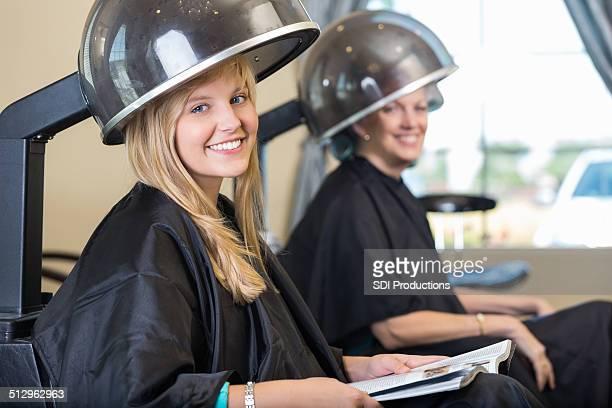 美しい若い笑顔の女性の中にビューティーサロンのご予約