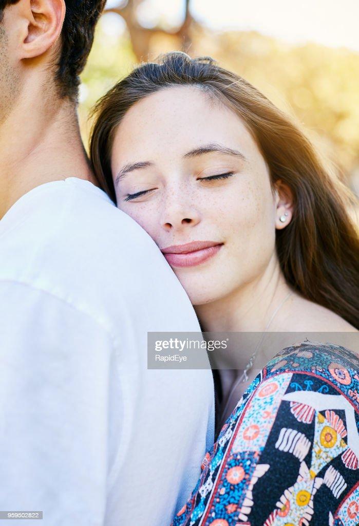 Schöne junge Frau zu ihrem Mann Kuscheln : Stock-Foto