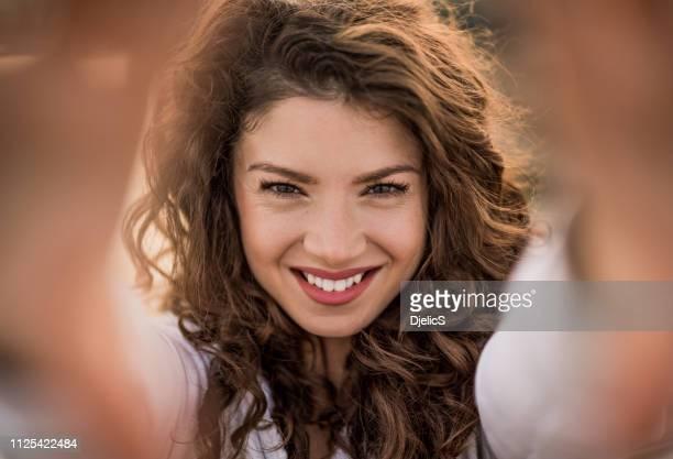 bella giovane donna che scatta un autoritratto in città. - al centro foto e immagini stock
