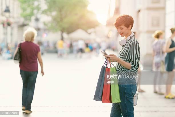 Schöne Junge Frau mit Smartphone Im der Stadt