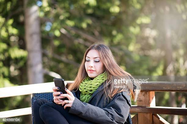Schöne Junge Frau mit Smartphone