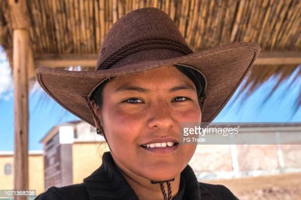 hermosa joven vistiendo sombrero - cultura peruana fotografías e imágenes de stock