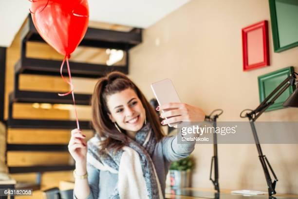 Schöne Junge Frau mit Mobiltelefon