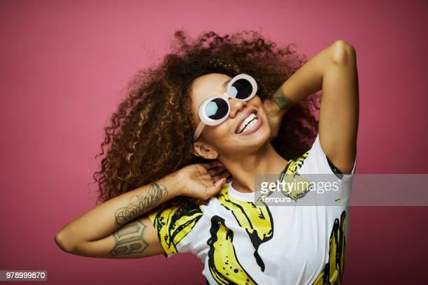 belle jeune femme avec afro, heure d'été. - musicien pop photos et images de collection