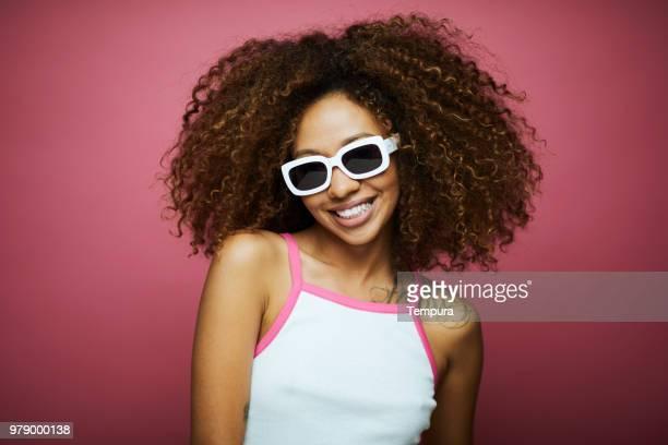 mulher jovem e bonita com cabelo afro, horário de verão. - músico pop - fotografias e filmes do acervo