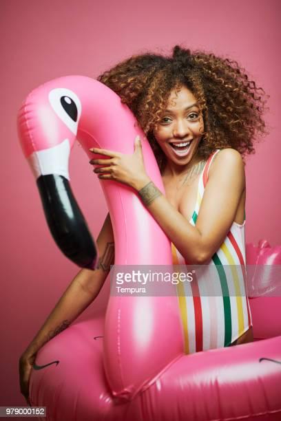 mooie jonge vrouw met afro, zomertijd. - flamingo stockfoto's en -beelden