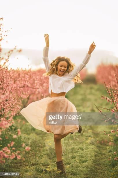 mooie jonge vrouw met kersenbloesem in de lente - lente stockfoto's en -beelden