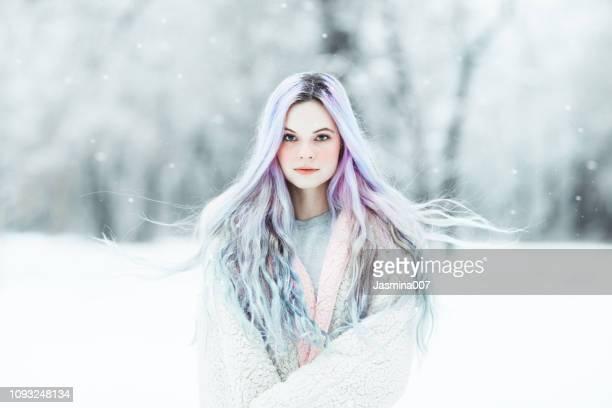 schöne junge frau mit bunt gefärbten haaren - fantasiewelt stock-fotos und bilder