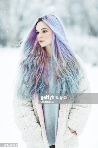 belle jeune femme avec les cheveux teints coloré - personnage imaginaire photos et images de collection