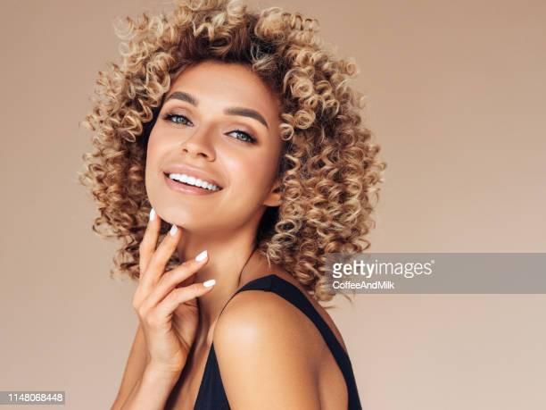beautiful young woman with curly hair - cabelo encaracolado imagens e fotografias de stock