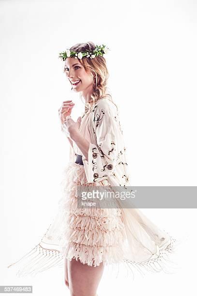 Schöne Junge Frau mit Blumen Kranz in Ihrem Haar-Tanz
