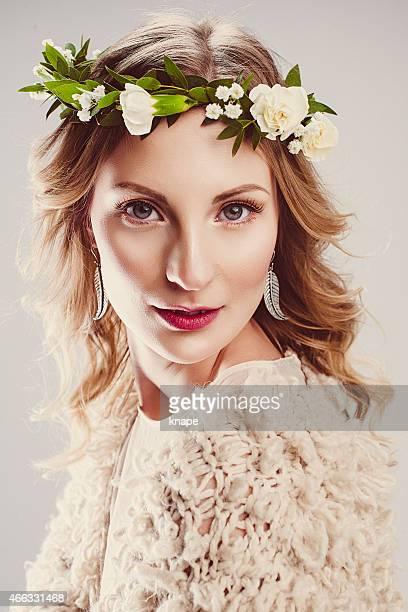 bela jovem mulher com coroa de flores no cabelo - coroa enfeite para cabeça - fotografias e filmes do acervo