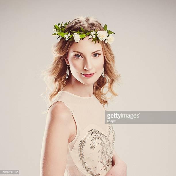 Schöne Junge Frau mit Blumen Kranz in Ihrem Haar