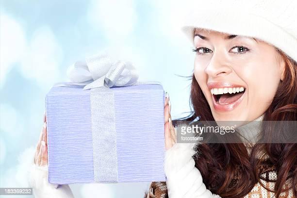 美しい若い女性、ギフトの冬の日