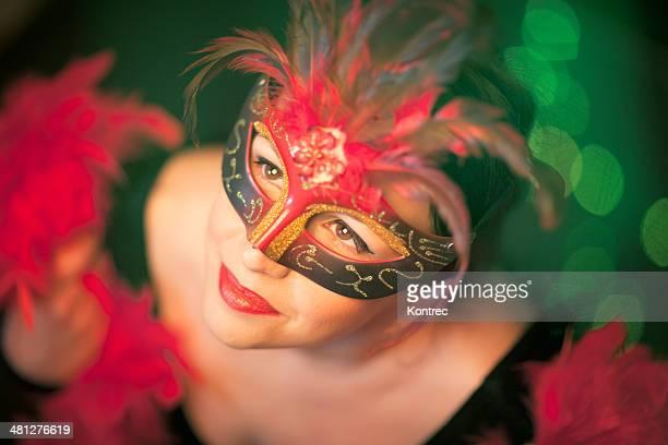 Hermosa mujer joven con máscara para fiestas