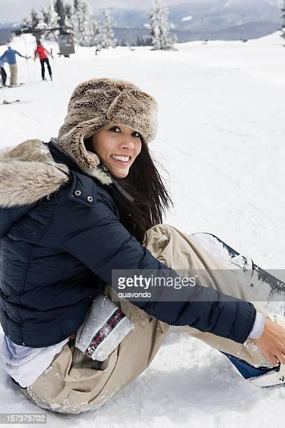 Bellissima giovane donna con tavola da Snowboard in montagna innevata