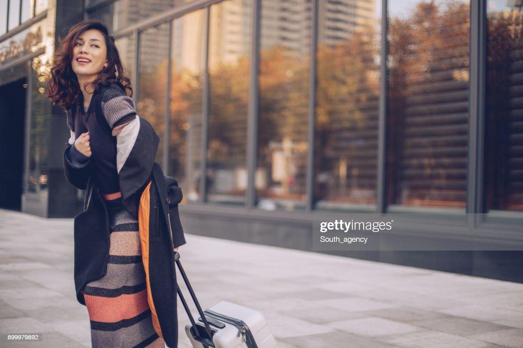 スーツケースと美しい若い女性 : ストックフォト