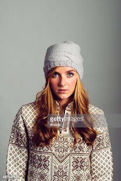 Belle jeune femme avec chapeau d'hiver