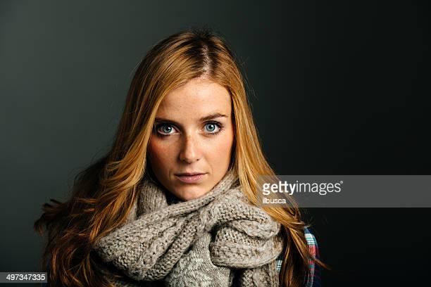 Belle jeune femme avec écharpe en laine