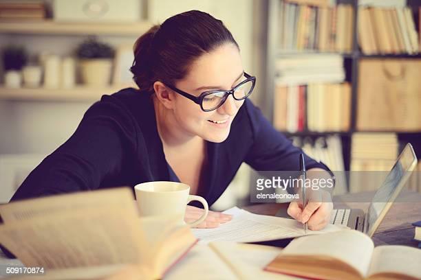 Belle jeune femme travaillant à domicile