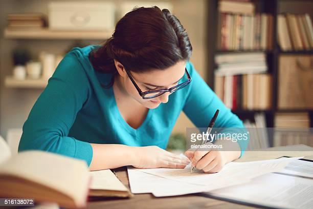 beautiful young woman working at home - linkshandig stockfoto's en -beelden