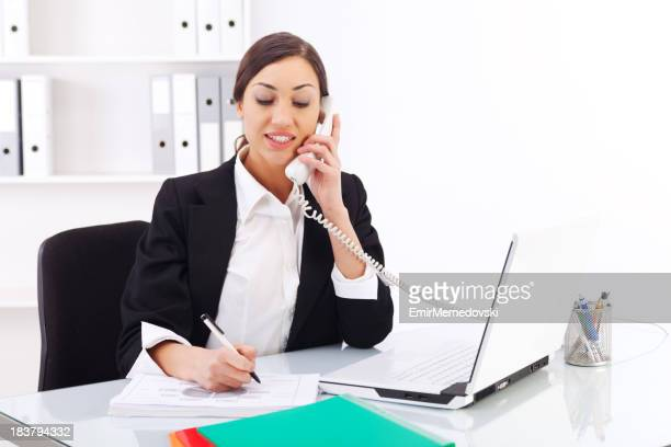 Belle jeune femme travaillant dans le bureau